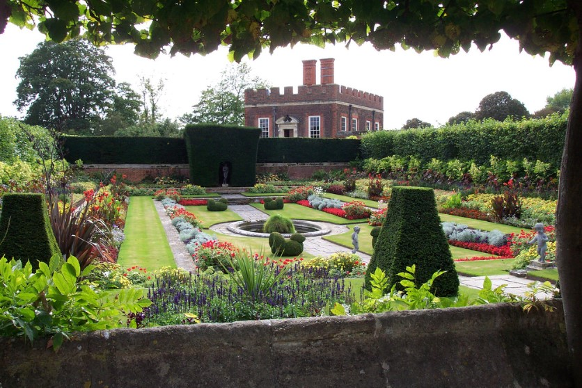 The Gardens Of Hampton Court Castle1